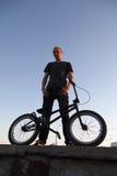 Adolescent sur une bicyclette Photo libre de droits