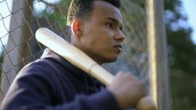 Adolescent tenant la batte de baseball, bande de la jeunesse dans le ghetto, délinquance juvénile photos stock