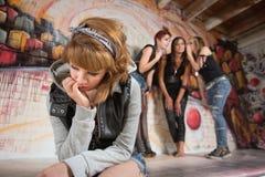 Adolescent triste seul s'asseyant image libre de droits
