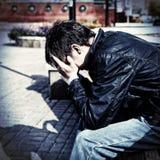 Adolescent triste sur la rue Image stock