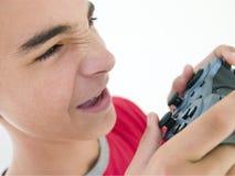 Adolescent utilisant le contrôleur de jeu vidéo Images libres de droits