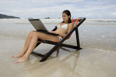 Adolescent, vacances avec l'ordinateur portatif Image libre de droits