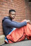 Adolescent vulnérable dormant sur la rue photographie stock libre de droits