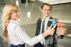 Adolescente à l'aide du portable à l'extérieur Photographie stock libre de droits