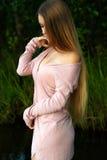 Adolescente élégante de fille avec de longs cheveux luxueux Image libre de droits