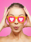 Adolescente étonnée dans des lunettes de soleil roses Photos libres de droits