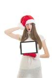 Adolescente étonnée mignonne montrant la tablette Images libres de droits