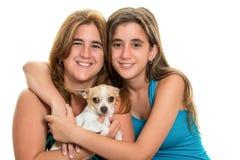 Adolescente étreignant sa mère et leur petit chien Photos libres de droits