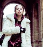 Adolescente abbastanza alla moda dei giovani fuori sull'immaginazione f della via della città Fotografia Stock