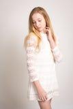 Adolescente abbastanza giovane in vestito bianco Fotografia Stock