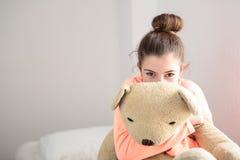 Adolescente abrazando su oso de peluche Fotografía de archivo libre de regalías
