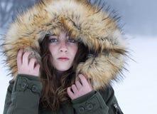 Adolescente abrigado en un día nevoso Imagen de archivo libre de regalías
