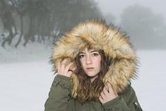 Adolescente abrigado en un día nevoso Imágenes de archivo libres de regalías