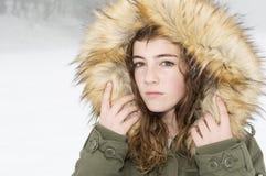 Adolescente abrigado en un día nevoso Fotos de archivo libres de regalías