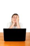 Adolescente aburrido con el ordenador portátil Foto de archivo
