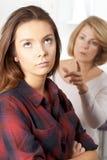 Adolescente aburrido que es dicho apagado por la madre Imagen de archivo