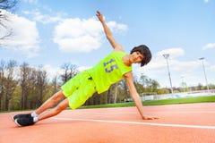 Adolescente activo que sostiene un tablón lateral al aire libre Imagenes de archivo