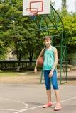 Adolescente activo sano en una cancha de básquet Foto de archivo