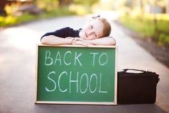 Adolescente adorável que espera um ônibus escolar Foto de Stock