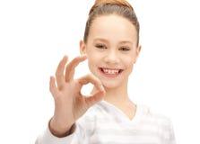 Adolescente adorabile che mostra segno giusto Immagini Stock