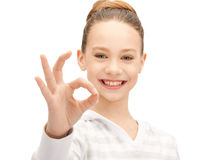 Adolescente adorabile che mostra segno giusto Immagine Stock