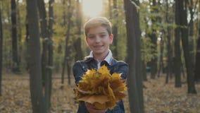 Adolescente adorable con el ramo de hojas de otoño almacen de video