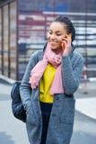 Adolescente adorable que habla en el teléfono celular Imagenes de archivo