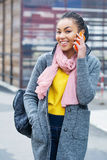 Adolescente adorable que habla en el teléfono celular Imagen de archivo libre de regalías