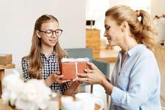 Adolescente adorable que recibe un presente de cumpleaños Imagen de archivo libre de regalías