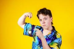 Adolescente afectivo con el reloj que muestra tiempo Fotos de archivo