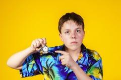 Adolescente afectivo con el reloj que muestra tiempo Foto de archivo libre de regalías