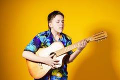 Adolescente afectivo con la guitarra Concepto de la música Foto de archivo