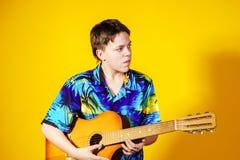 Adolescente afectivo con la guitarra Concepto de la música Fotografía de archivo libre de regalías