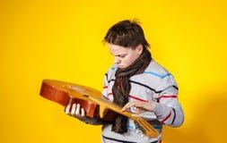 Adolescente afectivo con la guitarra Concepto de la música Imagenes de archivo