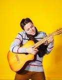 Adolescente afectivo con la guitarra Concepto de la música Foto de archivo libre de regalías