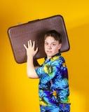 Adolescente afectivo con la maleta retra Foto de archivo libre de regalías