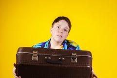 Adolescente afectivo con la maleta retra Imagenes de archivo
