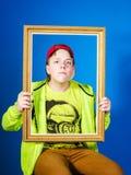 Adolescente afectivo que presenta con el marco Fotografía de archivo