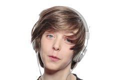 Adolescente afortunado con los auriculares Imágenes de archivo libres de regalías