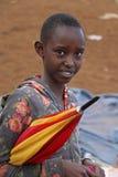 Adolescente africano con el paraguas en el mercado de Karatu Iraqw Foto de archivo