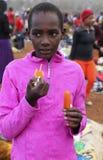 Adolescente africano en el mercado de Karatu Iraqw Foto de archivo libre de regalías