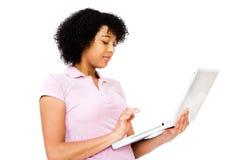 Adolescente africano que usa una computadora portátil Imagenes de archivo
