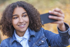 Adolescente afro-americano da menina da raça misturada que toma Selfie Imagem de Stock