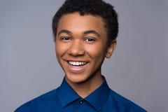 Adolescente afro-americano de riso na camisa da sarja de Nimes imagens de stock