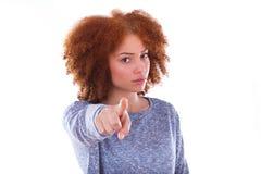 Adolescente afro-americano irritado novo que aponta o dedo ao fotografia de stock