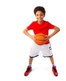Adolescente afro-americano que joga o basquetebol Foto de Stock