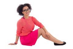 Adolescente afroamericano bonito feliz en la sentada rosada Foto de archivo