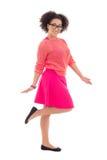 Adolescente afroamericano bonito feliz en rosa aislado en w Fotos de archivo libres de regalías