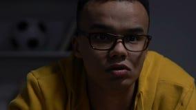 Adolescente afroamericano che gioca i video giochi alla notte, cattivo programma di sonno, salute stock footage