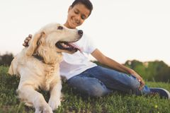 Adolescente afroamericano con el perro Fotos de archivo libres de regalías